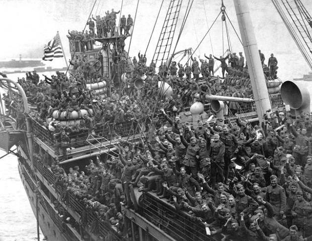 Amerykańscy żołnierze wracający do kraju z Francji. W takich warunkach o kolejne zakażenia było bardzo łatwo