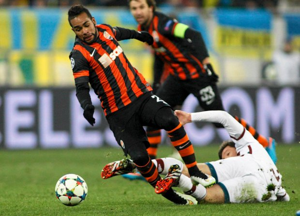 Shakhtar Donetsk's Alex Teixeira (L) fights for the ball with Bayern Munich's Xabi Alonso during their Champions League round of 16 first leg soccer match in Lviv, February 17, 2015.            REUTERS/Valentyn Ogirenko (UKRAINE  - Tags: SPORT SOCCER)   SLOWA KLUCZOWE: :rel:d:bm:LR2EB2H1LXIC2