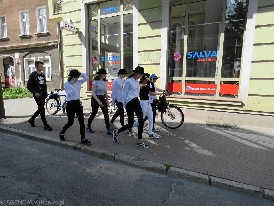 Zdjęcie numer 25 w galerii - Wielka zabawa na niezwykłej ulicy. Teatralna bawi się na całego [ZDJĘCIA]