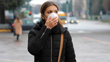 Od dziś obowiązują nowe zasady zasłaniania ust i nosa, zgodnie z którymi jedyna dopuszczalna ochrona twarzy to maseczka. Na wolnym powietrzu możemy ją zdjąć tylko w kilku przypadkach.