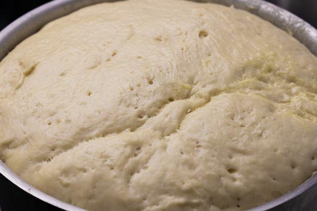 Robisz ciasto drożdżowe na chleb albo pizzę? Podpowiadamy, jak sprawdzić, kiedy odpowiednio wyrosło [TRIK]