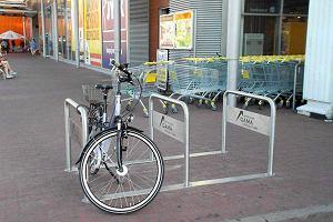 Bezpieczne stojaki rowerowe przed galerią Gamą