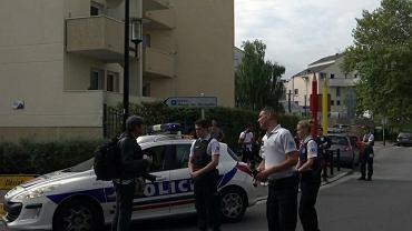 Do ataku doszło na paryskim przedmieściu Trappes. Nożownik zabił dwie osoby, swoją matkę i siostrę