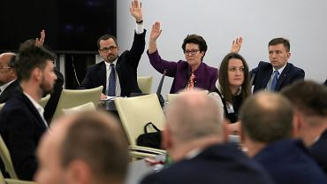 Marcin Horala, przewodnicząca komisji Anna Milczanowska, Łukasz Schreiber podczas posiedzenia komisji nadzwyczajnej do rozpatrzenia projektów ustaw z zakresu prawa wyborczego, 07.12.2017