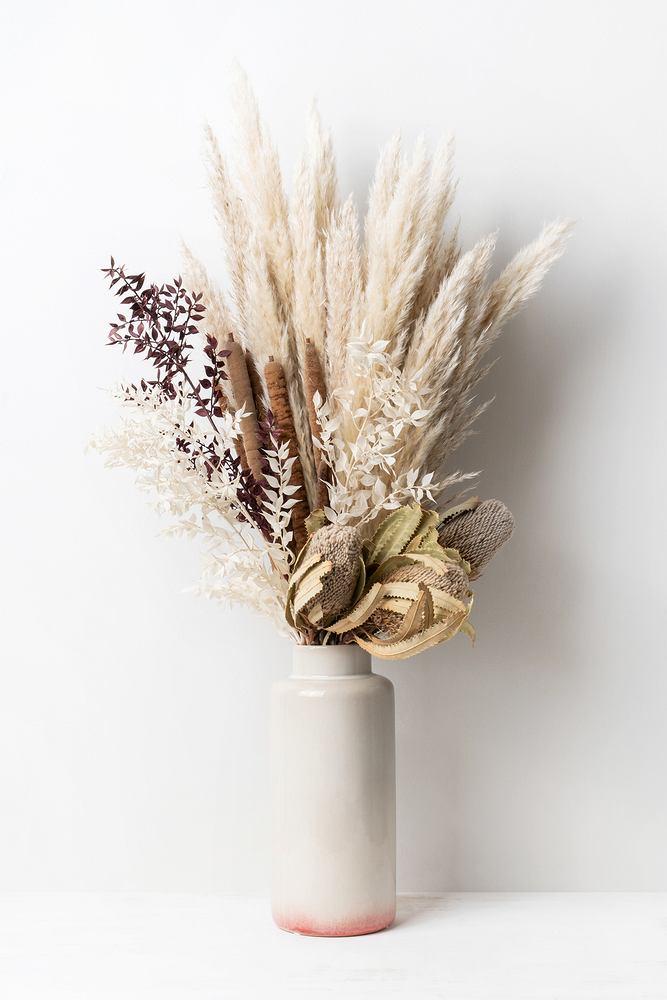 Sztuczna trawa pampasowa. Zdjęcie ilustracyjne