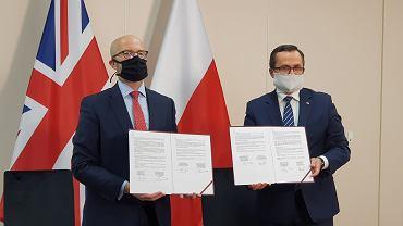 Specjaliści z Wielkiej Brytanii pomogą w projektowaniu Centralnego Portu Komunikacyjnego. Porozumienie w tej sprawie podpisał wiceminister infrastruktury Marcin Horała oraz ambasador Zjednoczonego Królestwa w Polsce Jonathan Knott.