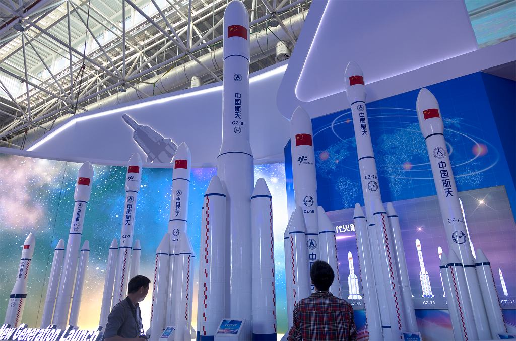 Makiety chińskich rakiet Długi Marsz.