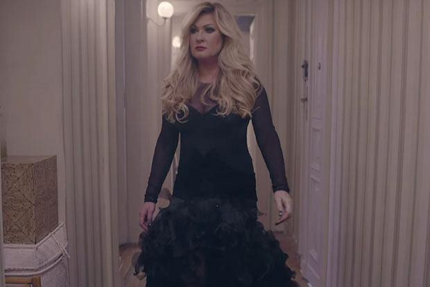 Beata Kozidrak w sukience Ewy Minge w klipie BINGO