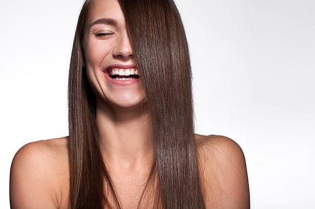 Jak prostować włosy bez prostownicy? Domowe sposoby na proste kosmyki