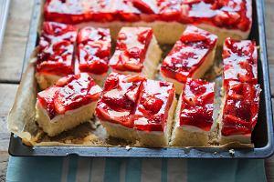 Ciasto z truskawkami i mascarpone, czyli letni hit do kawy. Podpowiadamy, jak je zrobić [PRZEPIS]