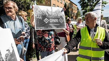 Protest KOD przed urzędem wojewódzkim w Lublinie. Działacze domagali się przeprosin od wojewody, który mówił o 'potomkach ubeków, sowietów, komunistów, byłych esbekach i tajnych kapusiach, stanowiących trzon tych, którzy dziś mówią, że walczą o demokrację'.