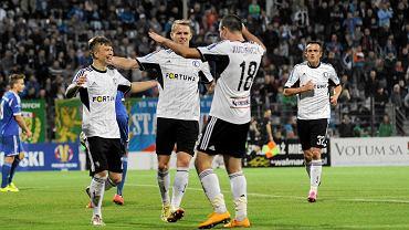 Kosecki, Duda i Kucharczyk cieszą się po golu Legii w meczu z Miedzią