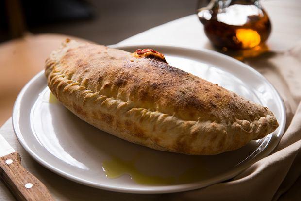 Calzone, czyli pizza-pieróg. Przepis na pyszne danie rodem z Neapolu