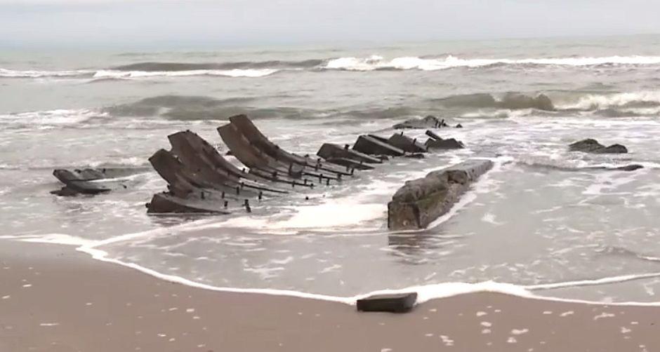 Drewniana łódź z XIX w. wyrzucona na brzeg po sztormie w Międzywodziu