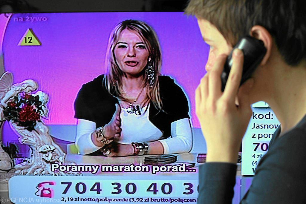 Wielką popularnością cieszą się telewizje, w których można zadzwonić do wróżki lub jasnowidza