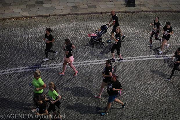 Zdjęcie numer 21 w galerii - Rekord frekwencji na Biegu Powstania Warszawskiego. Prawie 11,5 tysięcy biegaczy przebiegło ulicami Warszawy [ZDJĘCIA]