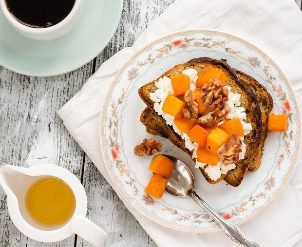 Tosty z twarożkiem, marynowaną dynią i orzechami - idealne na śniadanie