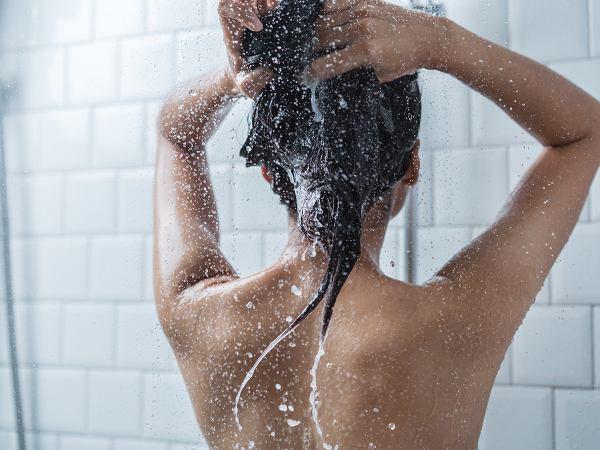 Dlaczego warto zacząć brać zimne prysznice? Takie kąpiele mogą poprawić metabolizm i wzmocnić odporność
