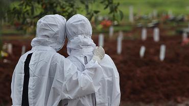 Cmentarz w Indonezji - bliscy żegnają zmarłego na COVID-19