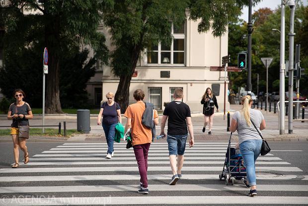 Przejście dla pieszych na skrzyżowaniu Pięknej i alei Ujazdowskich