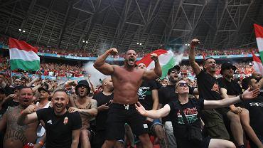 Świat zachwyca się węgierskimi kibicami. Ale prawda o