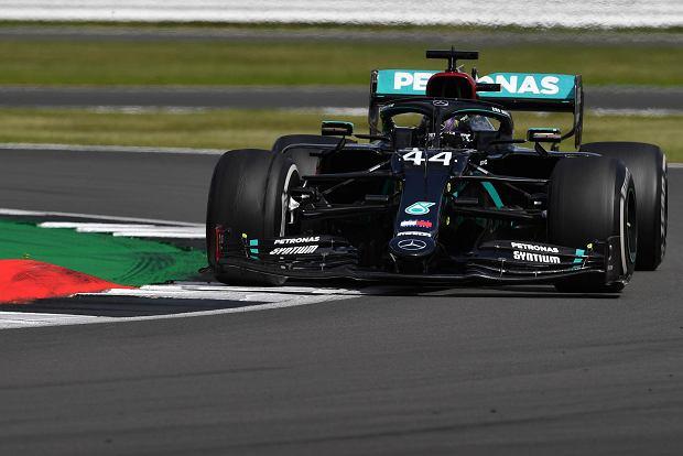 Hamilton najlepszy przed kwalifikacjami GP 70-lecia Formuły 1. Dobry wynik McLarena