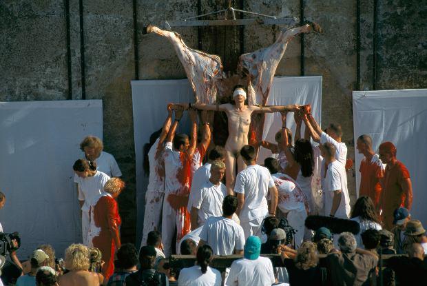 Performance Hermanna Nitscha, jednego z dawnych akcjonistów, w zamku Prinzendorf
