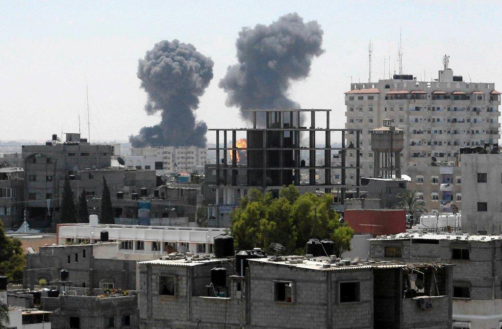 Dym po ostrzale Rafah w Strefie Gazy przez izraelskie lotnictwo, 01.08.2014 r.