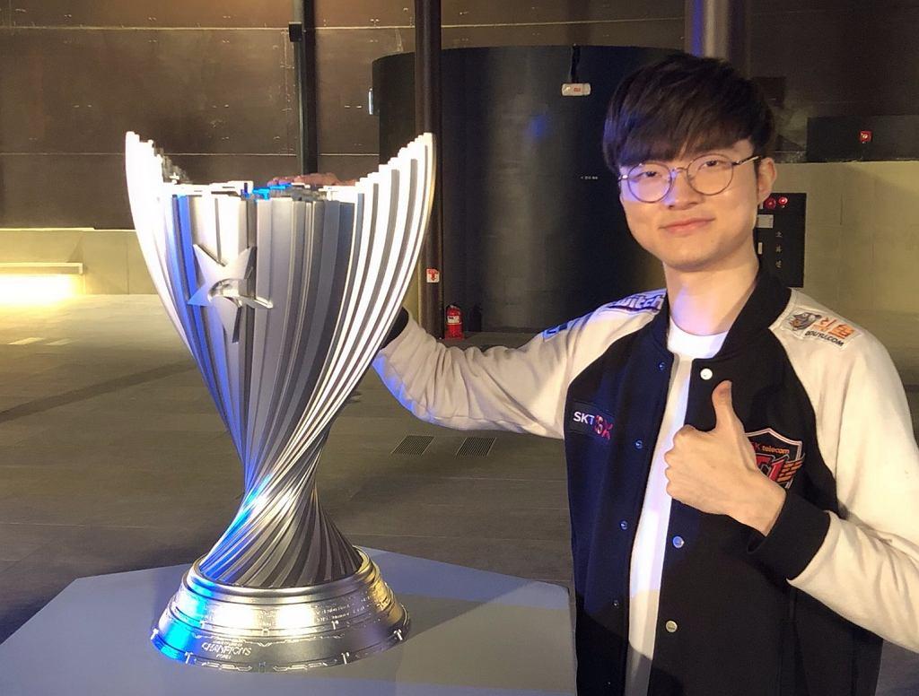 Zawodnik League of Legends, Lee 'Faker' Sang-Hyeok, grający w barwach zespołu T1.
