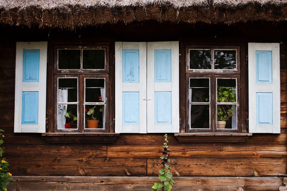 Kolorowe okiennice w podlaskim domu.
