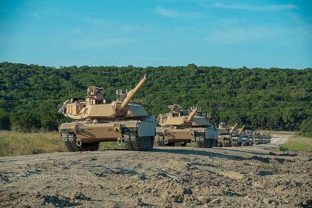 Kolumna czołgów M1A2 SEPv3 na poligonie
