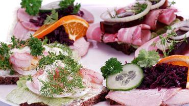 Dania jedzenie. Smorrebrod (kanapki) - przysmak kuchni duńskiej / Shutterstock