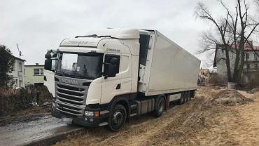 Kierowca ciężarówki wjechał na plac budowy