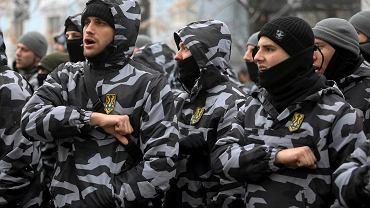 26.11.2018, Kijów, ochotnicy z prawicowej organizacji paramilitarnej Korpus Narodowy Azowa przed budynkiem ukraińskiego parlamentu.