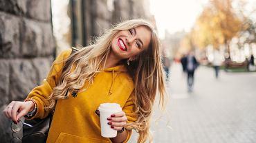 Jak utrzymać chłodny blond? Poznaj najlepsze sposoby na żółkniecie włosów