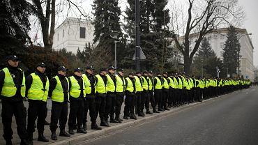 Protest w obronie wolnych mediów - szpaler policjantów przed Sejmem, Warszawa 17.12.2016