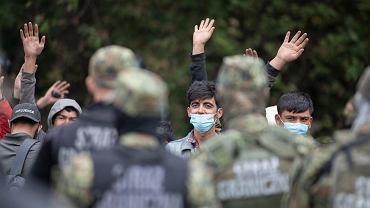 Straż Graniczna, wojsko i policja od kilkunastu dni przetrzymują pod gołym niebem grupę uchodźców z Afganistanu i Iraku. Nie wpuszczają ich, nie przyjmują od nich próśb o udzielenia azylu, nie dopuszczają do nich lekarzy, organizacji pomocowych, przedstawicieli mediów... Białoruscy pogranicznicy nie pozwalają migrantom cofnąć się na białoruską stronę. Granica polsko-białoruska, Usnarz Górnym, 19 sierpnia 2021