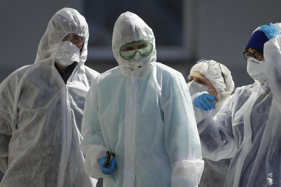 Białoruscy lekarze i pracownicy służby zdrowia przed szpitalem w Mińsku na Białorusi