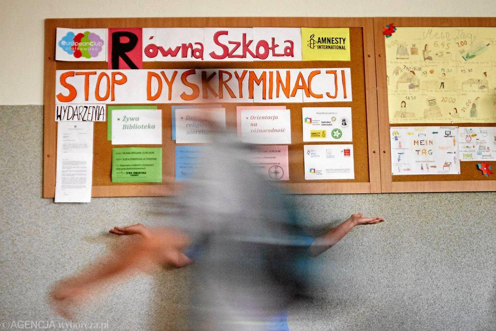 Gimnazjum w Piątkowisku koło Łodzi. Z wystawy na szkolnym korytarzu - po interwencji narodowców z ONR i wójta Pabianic - zdjęto wszystkie plakaty uczniów o tematyce dyskryminacji i homofobii