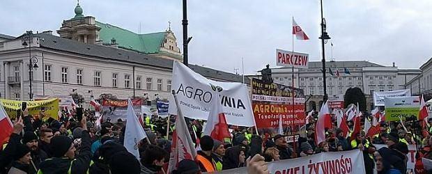Rolnicy protestują przed Pałacem Prezydenckim