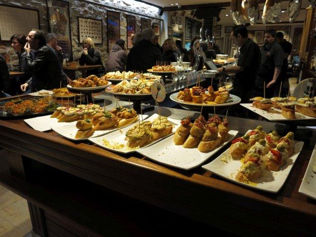 Tawerna, w której serowowane są baskijski rodzaj tapas - Pintxos
