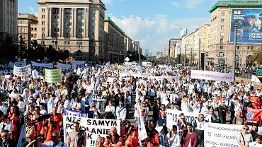 Protest pracowników służby zdrowia. 50 tysięcy demonstrantów przeszło z placu Zamkowego na pl. Konstytucji. Warszawa 24 września 2016