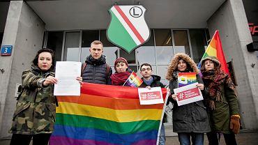 Przedstawiciele Kampanii Przeciw Homofobii przyszli z petycją do prezesa Legii Dariusza Mioduskiego