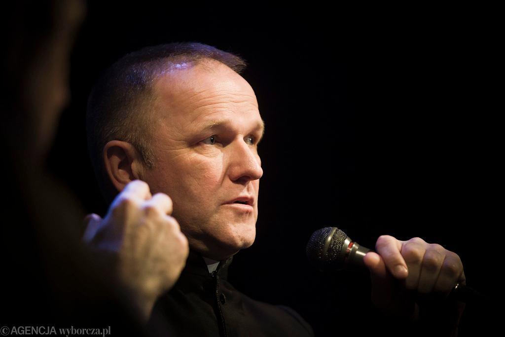 Ksiądz Wojciech Lemański podczas promocji książki Anny Wacławik-Orpik pt. 'Z krwi , kości i wiary'