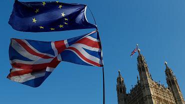 Flagi UE i Wielkiej Brytanii przed Pałacem Westminsterskim w Londynie