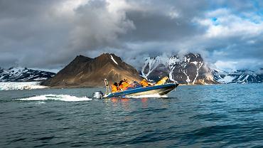 Naukowcy na łodzi na Morzu Arktycznym