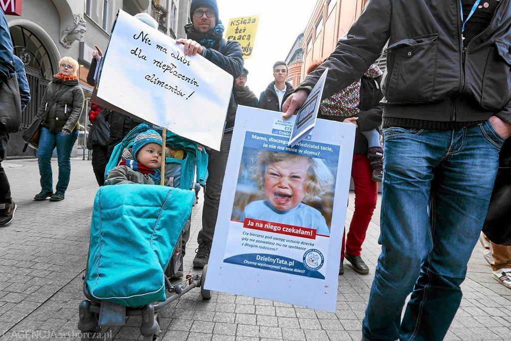 Manifestacja pod hasłem 'Dość przekrętów w sprawie alimentów' w Poznaniu w 2015 r.