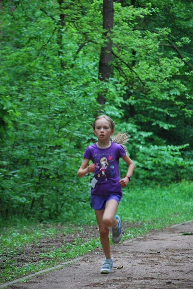 Niespełna 9-letnia Eliza na trasie parkrunu w Konstancinie