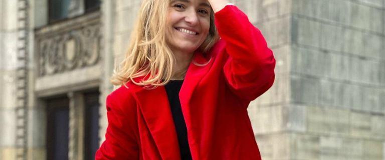 Joanna Koroniewska po pracującym weekendzie zaraża fanów pozytywną energią. Jej czerwony żakiet od polskiej marki dodatkowo poprawia humor