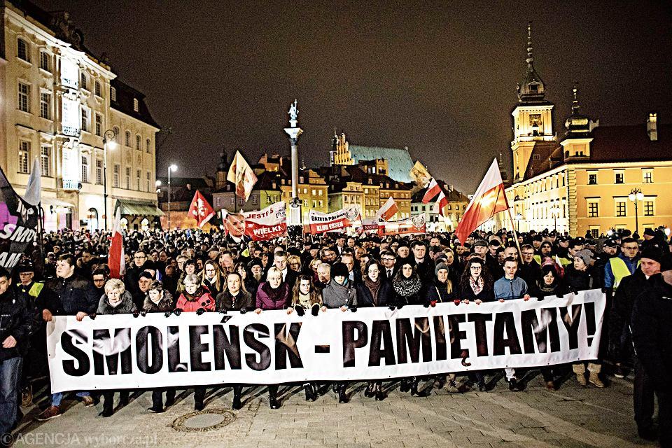 Odgrodzony pochód. Tak wyglądała 95. miesięcznica smoleńska na Krakowskim Przedmieściu 10 marca 2018 r. Uczestnicy wieczornego marszu zostali odgrodzeni od reszty miasta szczelnym kordonem barierek ustawionych już dzień wcześniej. W sumie koszt organizacji miesięcznic to ponad 3 mln zł